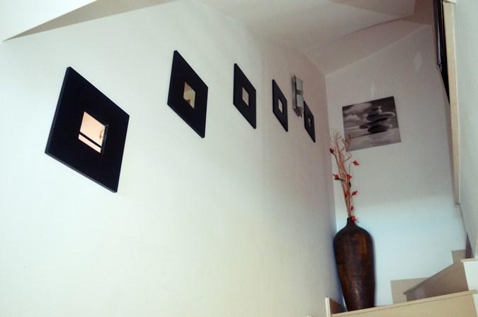 Decorar una escalera con espejos mi vestido azul for Escaleras de madera decoracion ikea