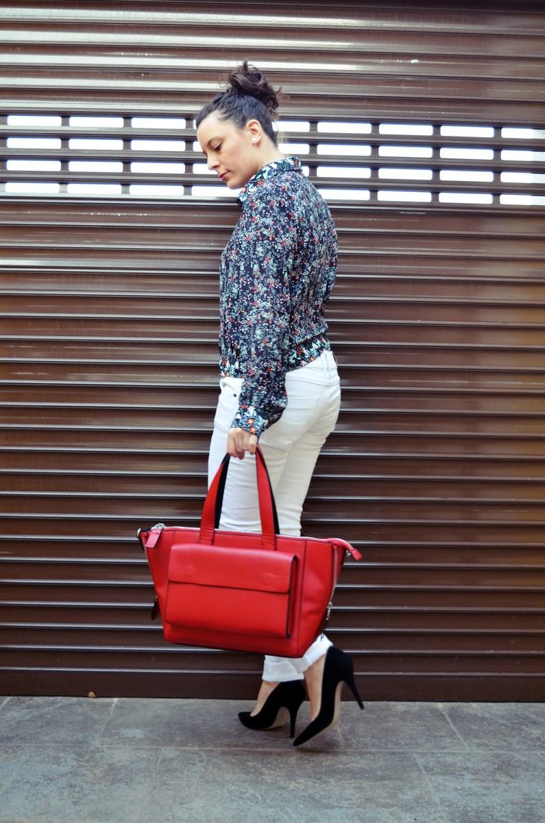 Camisa de flores y bolso rojo_Outfit_Mivestidoazul (6)