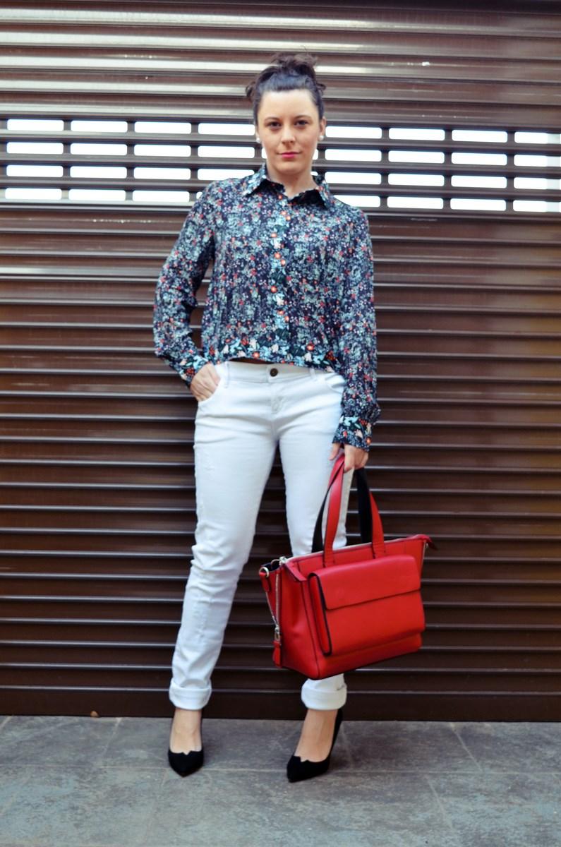 Camisa de flores y bolso rojo_Outfit_Mivestidoazul (7)
