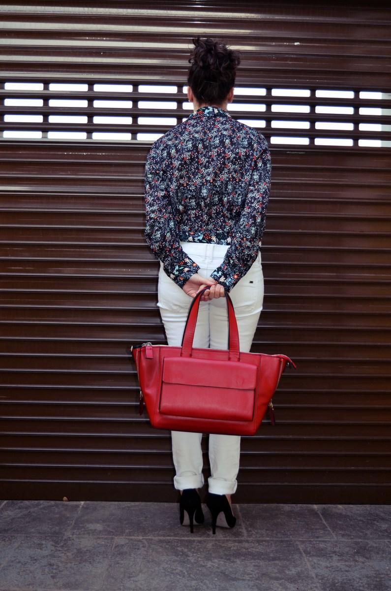 Camisa de flores y bolso rojo_Outfit_Mivestidoazul (9)
