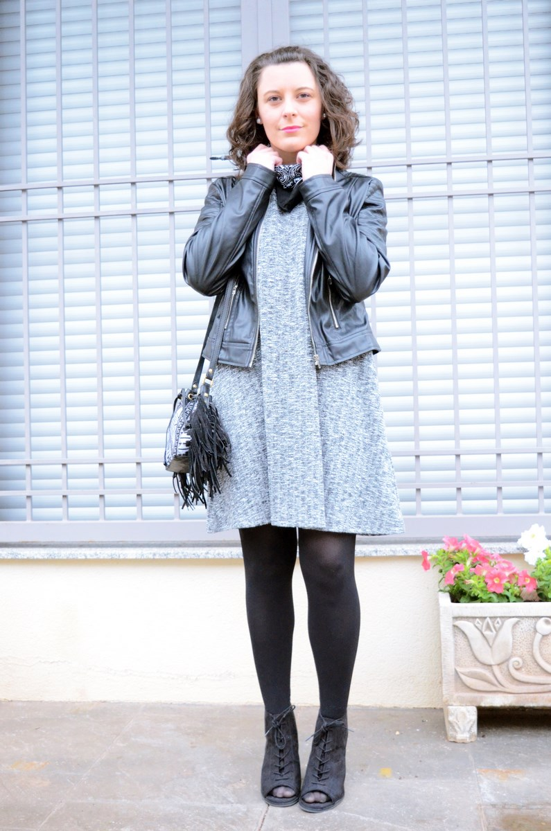 Combinar vestido azul grisaceo