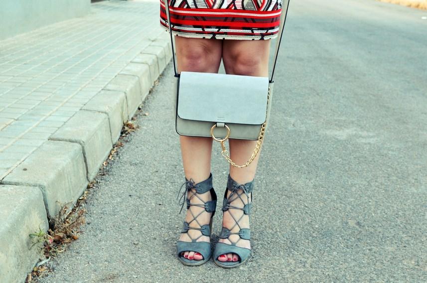 Look_Vestido estampado y complementos en gris_mivestidoazul (12)