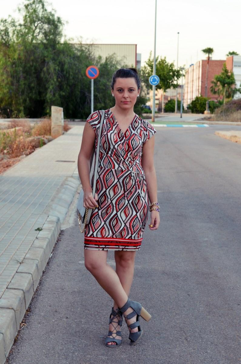 Look_Vestido estampado y complementos en gris_mivestidoazul (2)