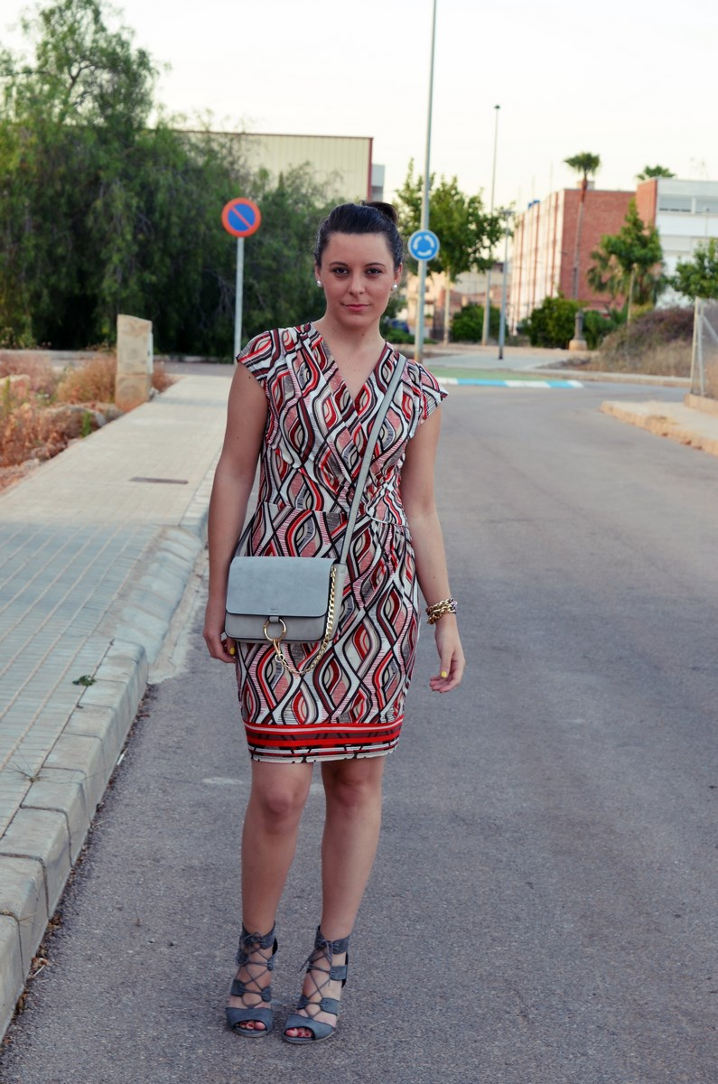 Look_Vestido estampado y complementos en gris_mivestidoazul (5)