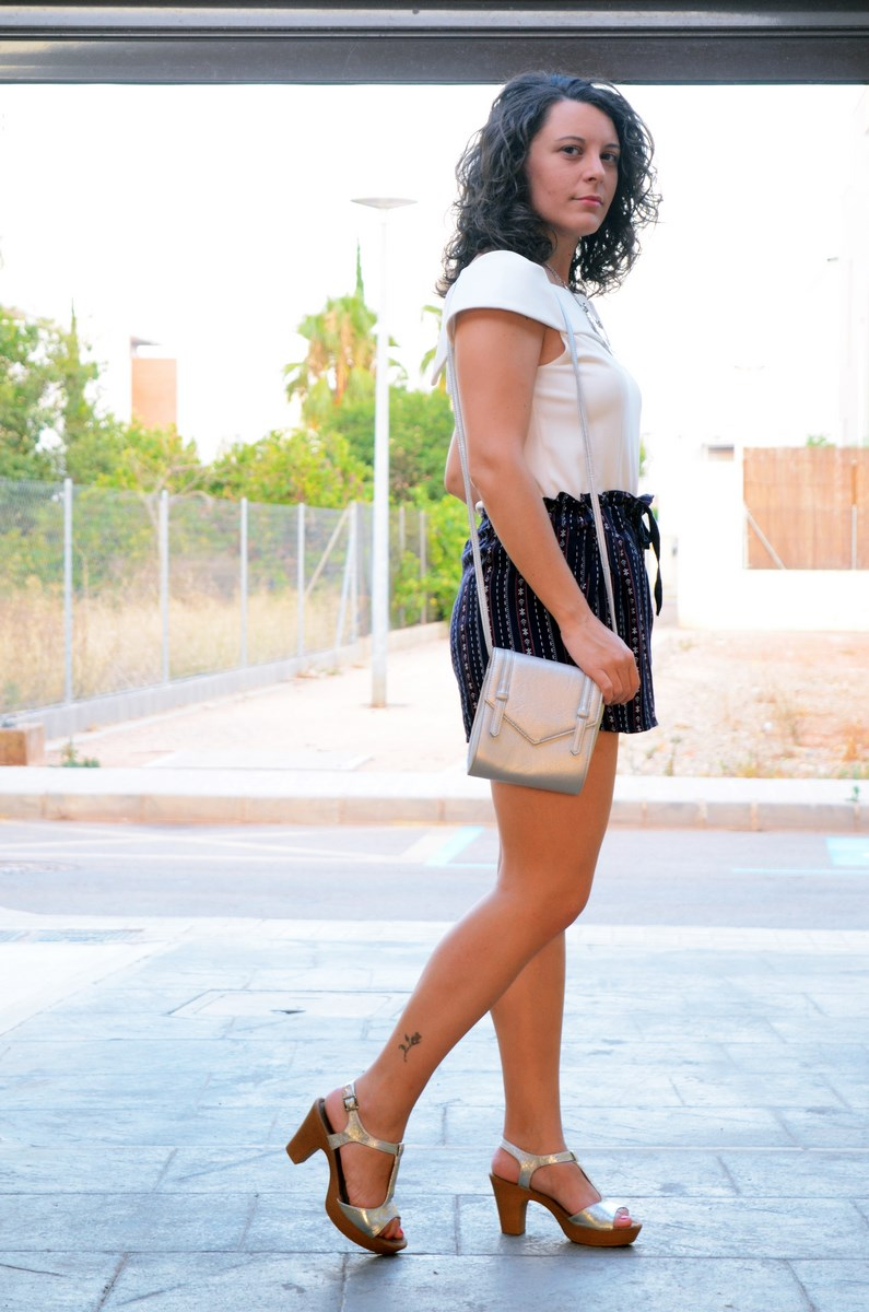 Shorts estampado y top bardot look outfit mivestidoazul.com streetstyle friendsfluencers (2)