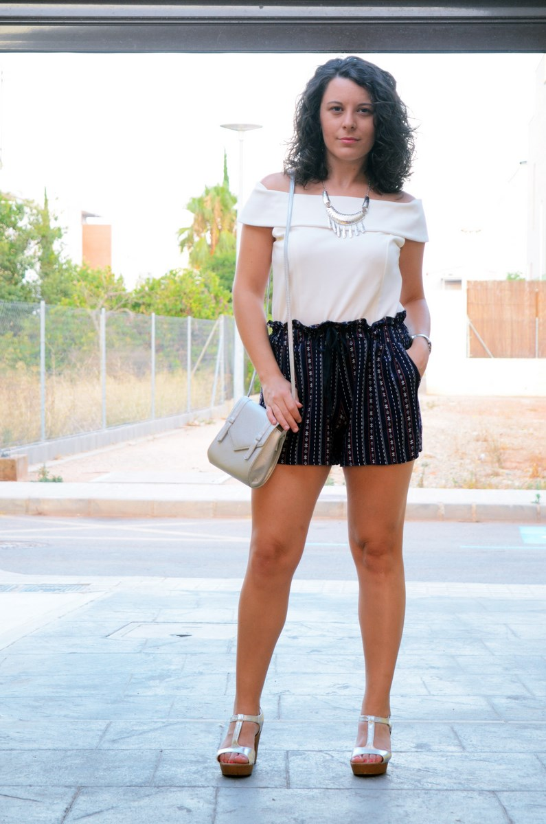 Shorts estampado y top bardot look outfit mivestidoazul.com streetstyle friendsfluencers (4)