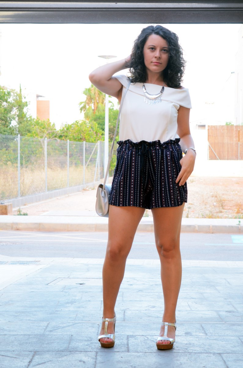 Shorts estampado y top bardot look outfit mivestidoazul.com streetstyle friendsfluencers (5)