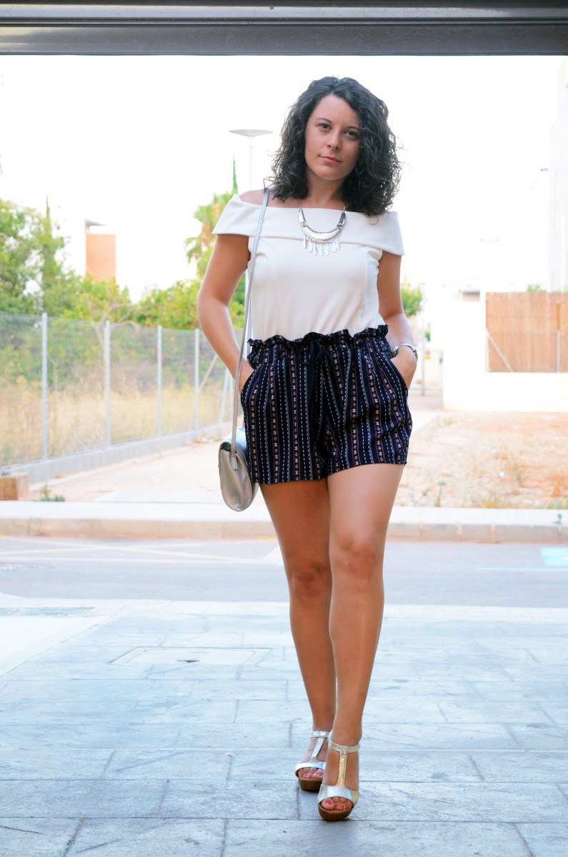 Shorts estampado y top bardot look outfit mivestidoazul.com streetstyle friendsfluencers (6)