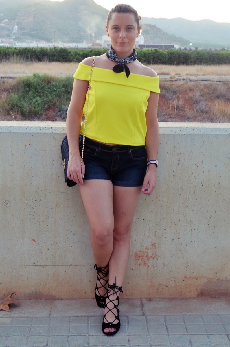 look_bandana_negra_top_hombros_al_aire_shorts_denim_streetstyle_fashionblogger_mivestidoazul-1