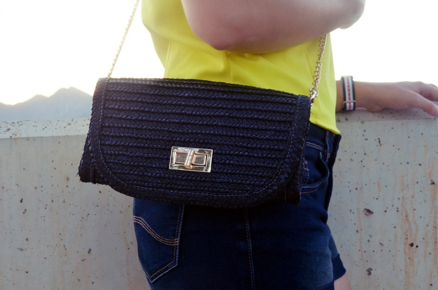 look_bandana_negra_top_hombros_al_aire_shorts_denim_streetstyle_fashionblogger_mivestidoazul-10