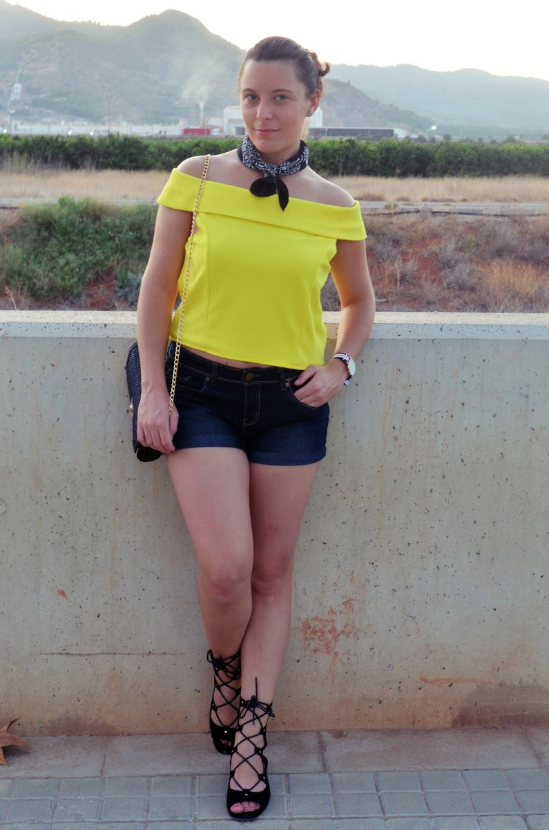 look_bandana_negra_top_hombros_al_aire_shorts_denim_streetstyle_fashionblogger_mivestidoazul-2