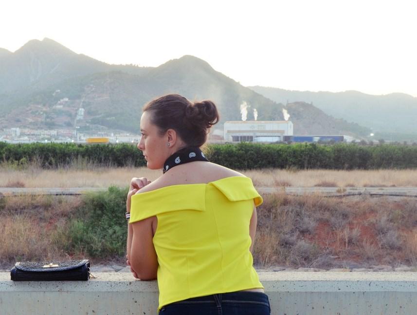 look_bandana_negra_top_hombros_al_aire_shorts_denim_streetstyle_fashionblogger_mivestidoazul-6