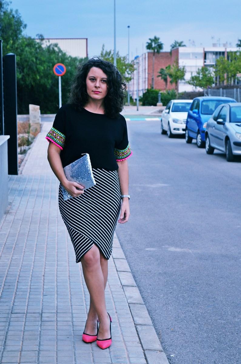 look_camiseta_detalles_mangas_falda_rayas_streetstyle_fashionblogger_mivestidoazul-1