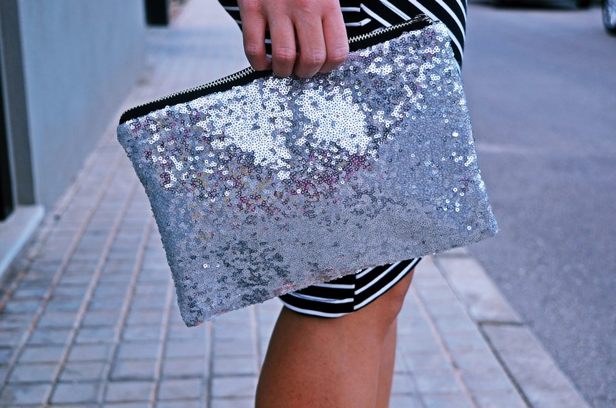 look_camiseta_detalles_mangas_falda_rayas_streetstyle_fashionblogger_mivestidoazul-10