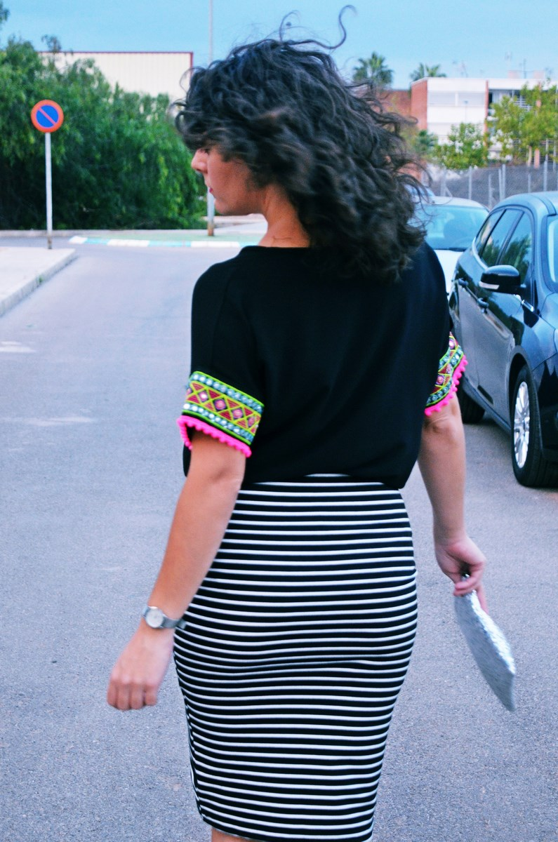 look_camiseta_detalles_mangas_falda_rayas_streetstyle_fashionblogger_mivestidoazul-13