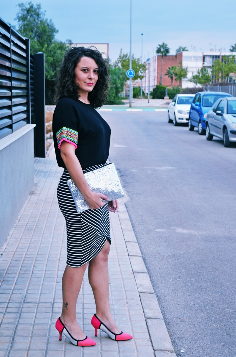 look_camiseta_detalles_mangas_falda_rayas_streetstyle_fashionblogger_mivestidoazul-3