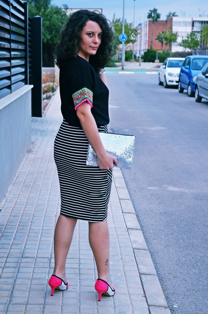 look_camiseta_detalles_mangas_falda_rayas_streetstyle_fashionblogger_mivestidoazul-5