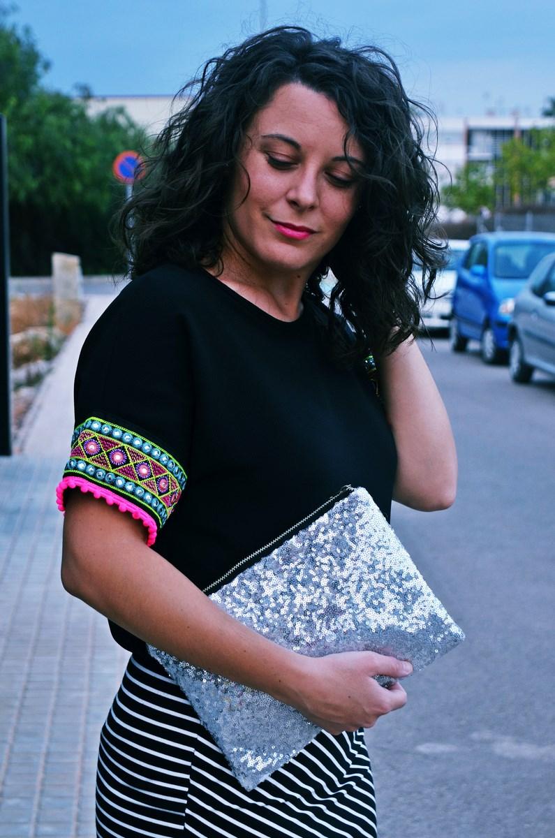 look_camiseta_detalles_mangas_falda_rayas_streetstyle_fashionblogger_mivestidoazul-7