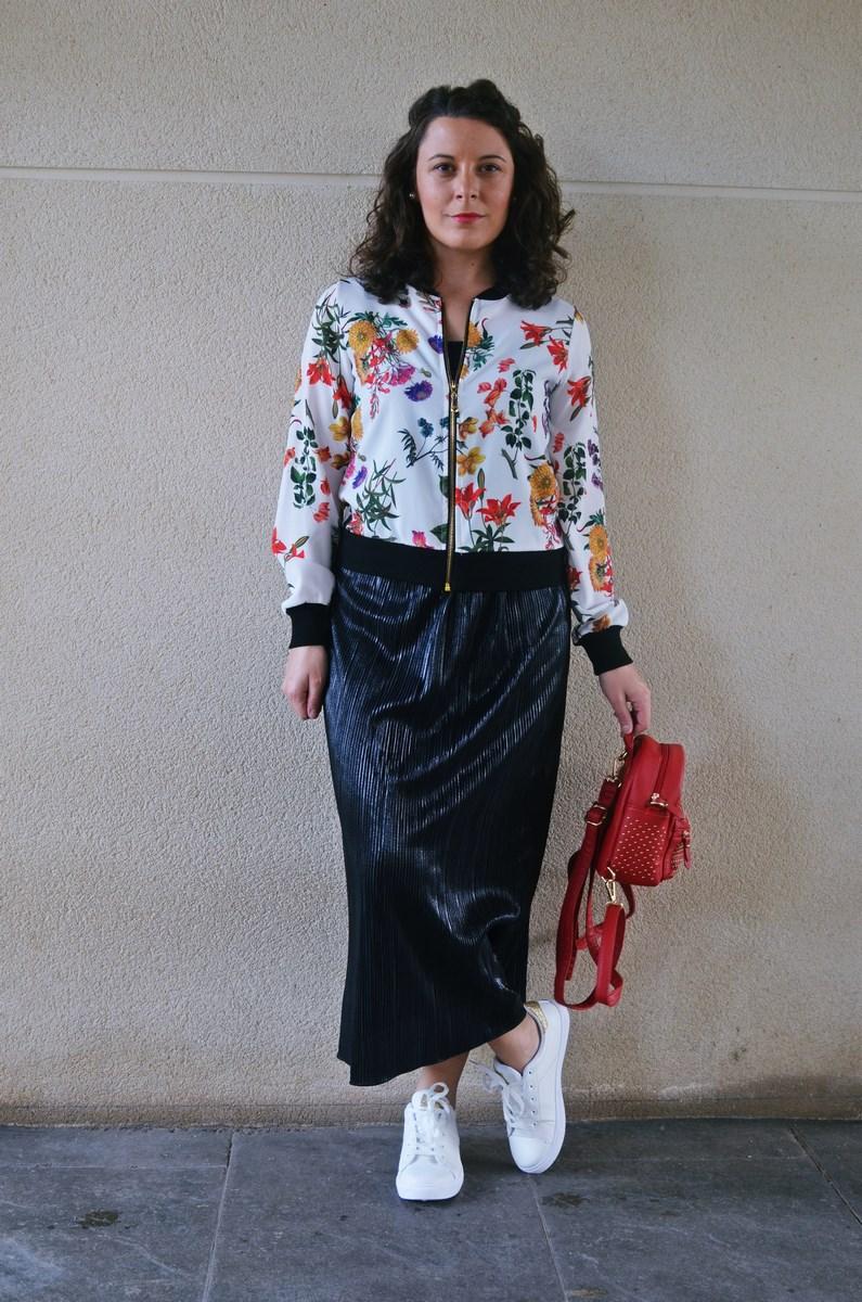 look_bomberconflores_streetstyle_sportychic_fashionblogger_mivestidoazul-9