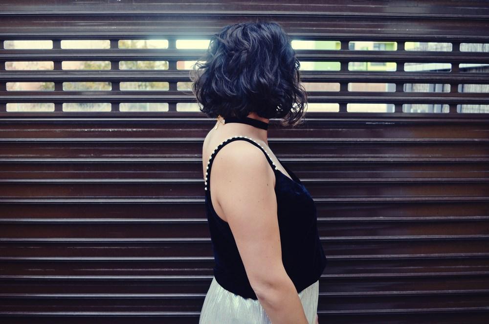 look_streetstyle_faldametalizadaytopterciopelo_blogdemoda_fashionblogger_influencer_mivestidoazul_castellon-10