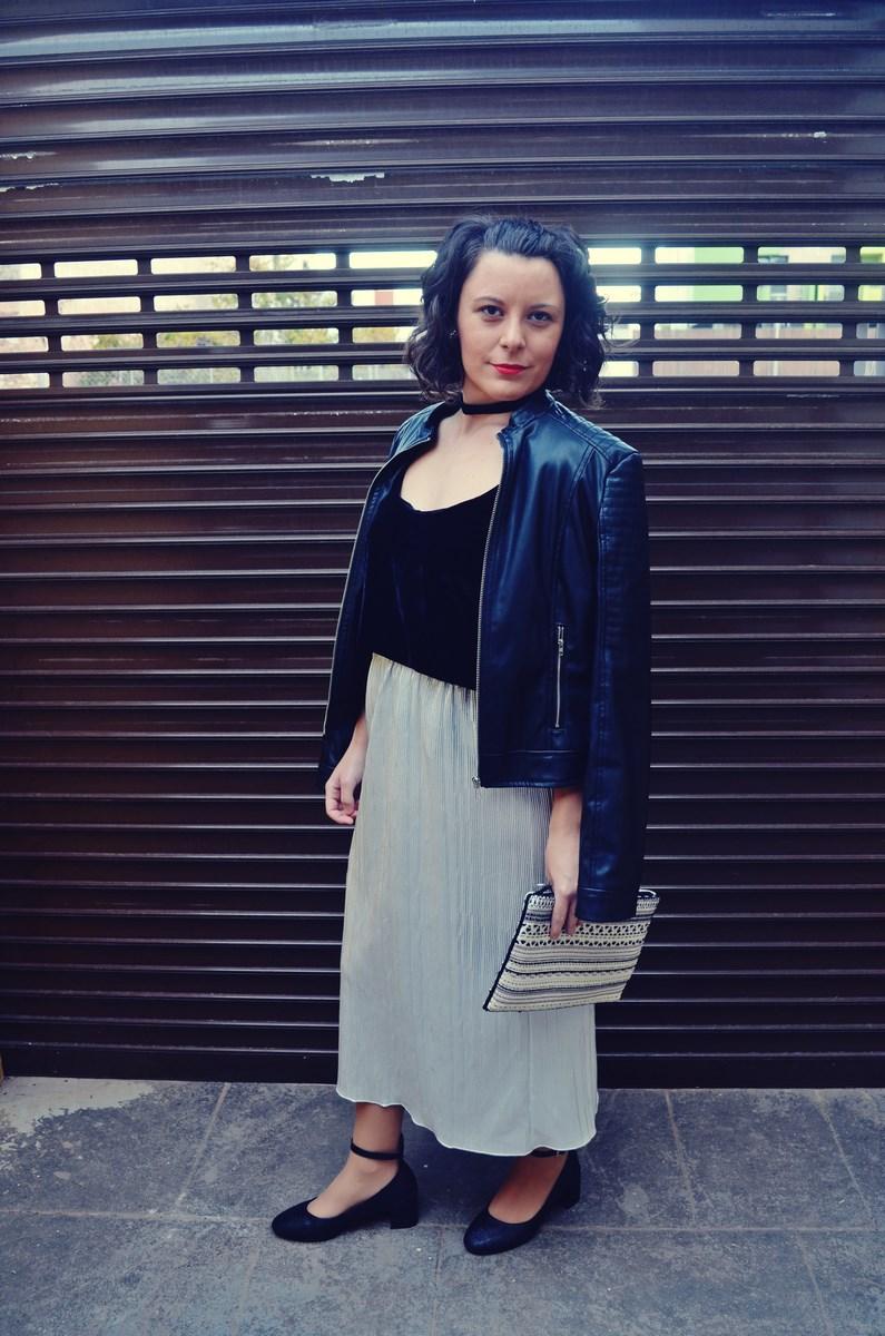 look_streetstyle_faldametalizadaytopterciopelo_blogdemoda_fashionblogger_influencer_mivestidoazul_castellon-13