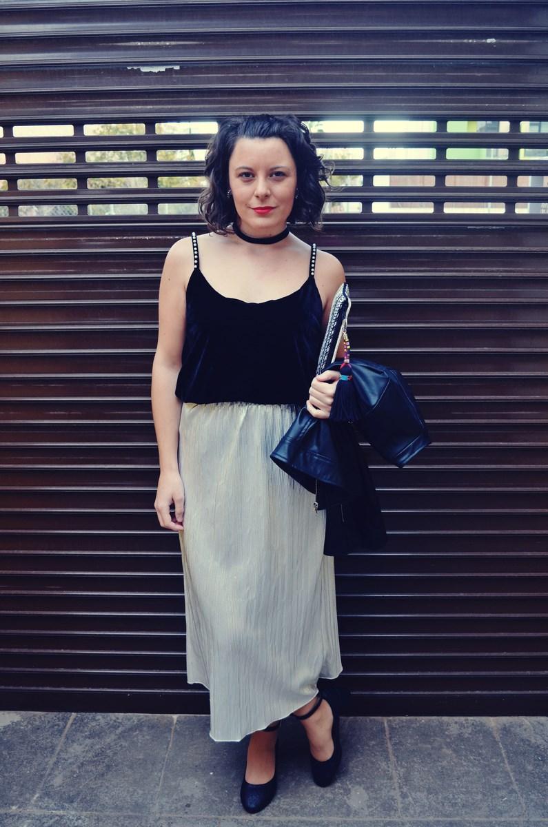 look_streetstyle_faldametalizadaytopterciopelo_blogdemoda_fashionblogger_influencer_mivestidoazul_castellon-14