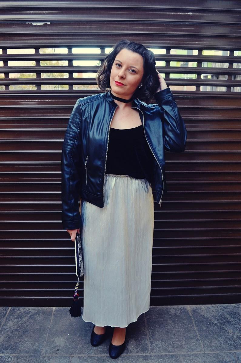 look_streetstyle_faldametalizadaytopterciopelo_blogdemoda_fashionblogger_influencer_mivestidoazul_castellon-5