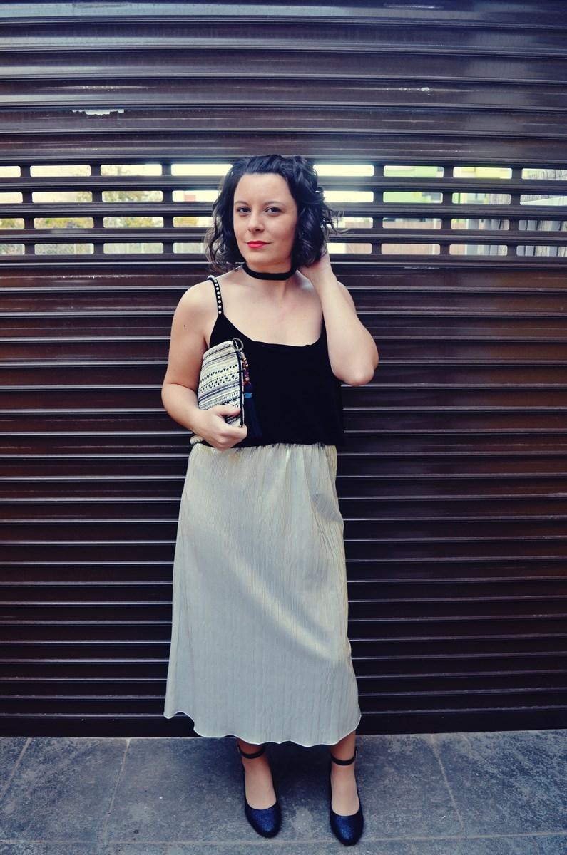 look_streetstyle_faldametalizadaytopterciopelo_blogdemoda_fashionblogger_influencer_mivestidoazul_castellon-7