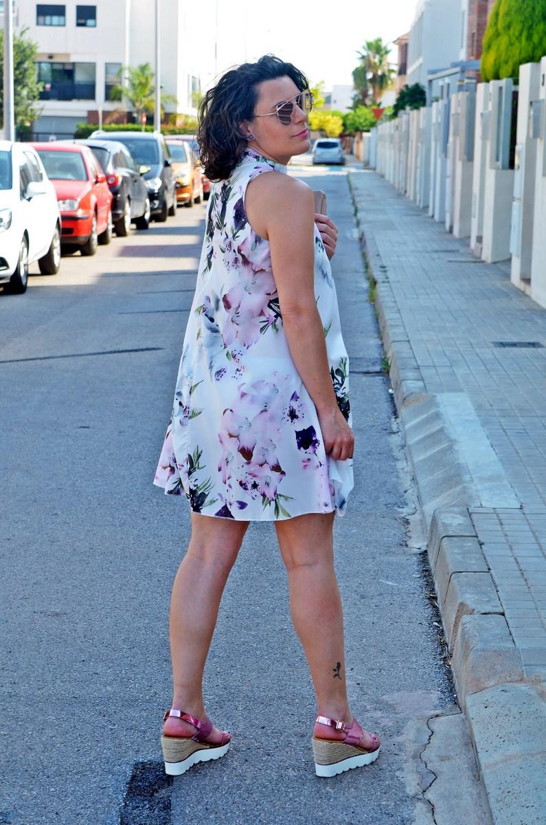 Vestido de flores malva con escote chocker
