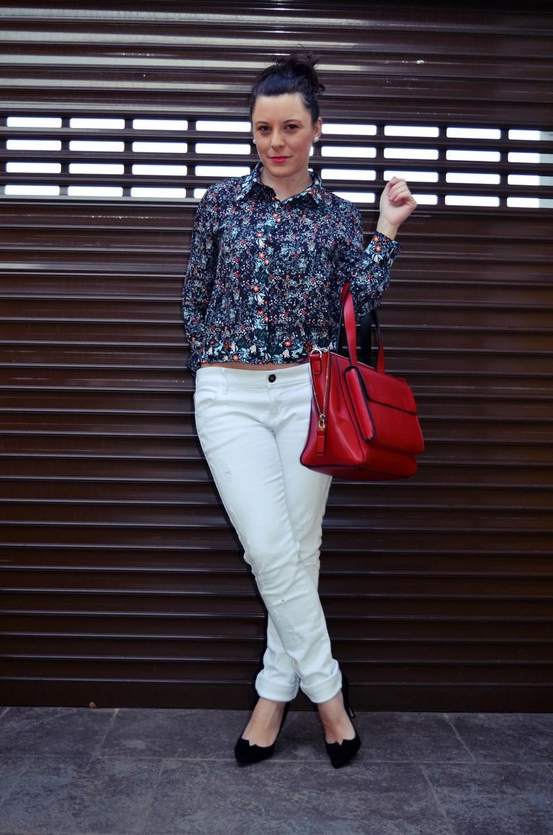Camisa de flores y bolso rojo_Outfit_Mivestidoazul (12)