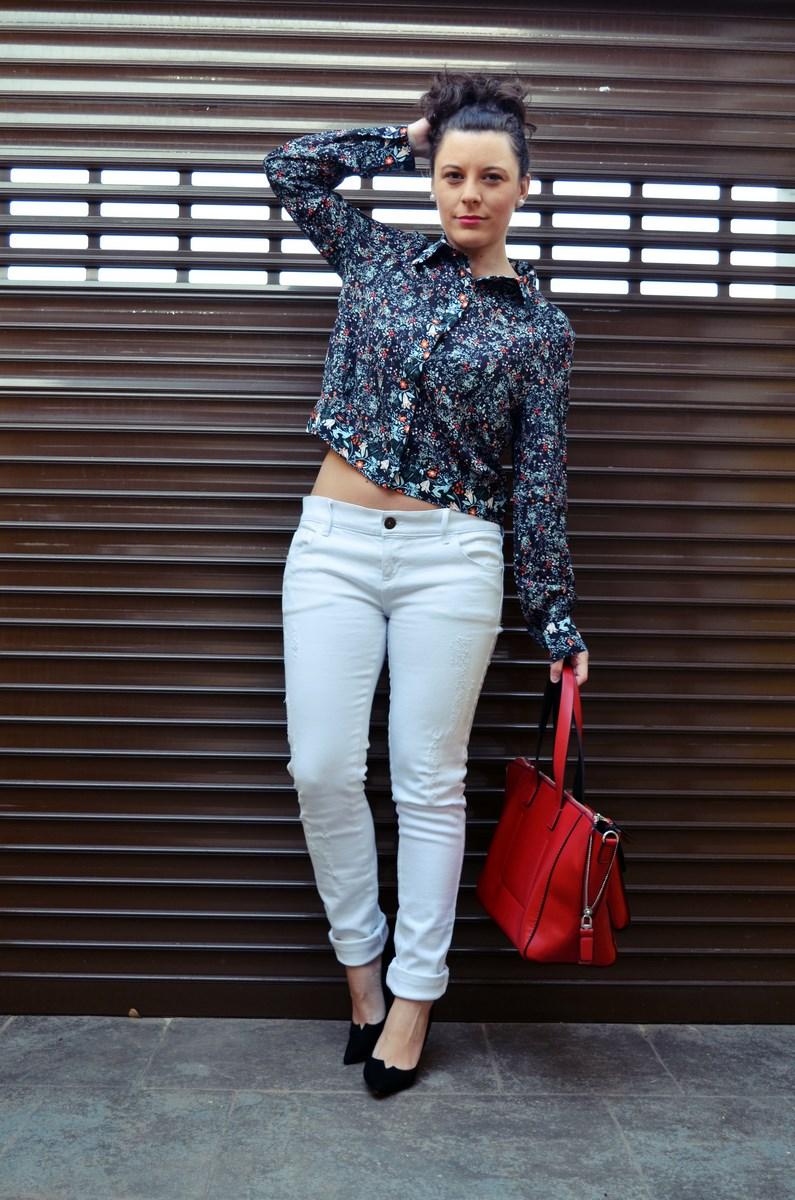 Camisa de flores y bolso rojo_Outfit_Mivestidoazul (8)