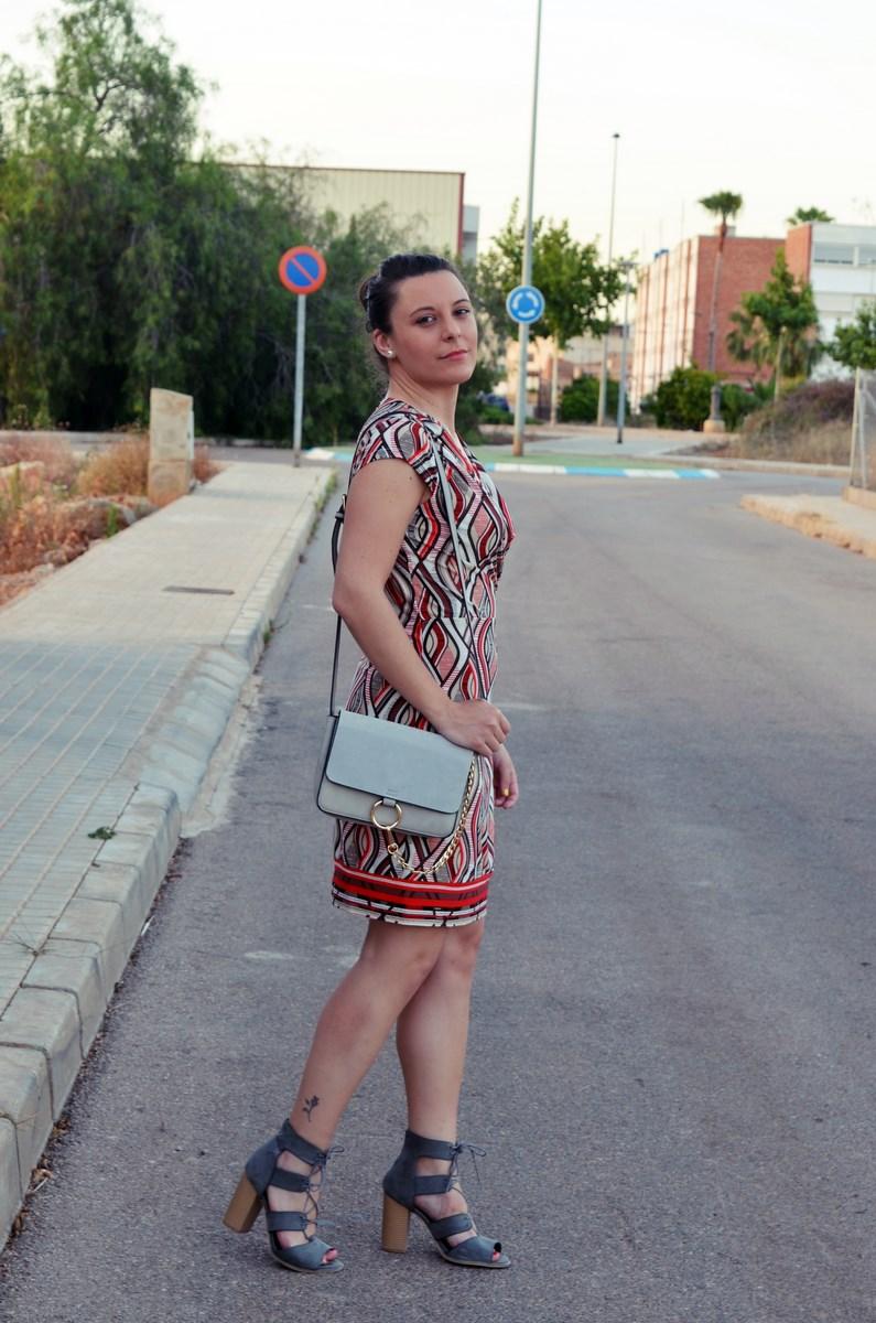 Look_Vestido estampado y complementos en gris_mivestidoazul (3)
