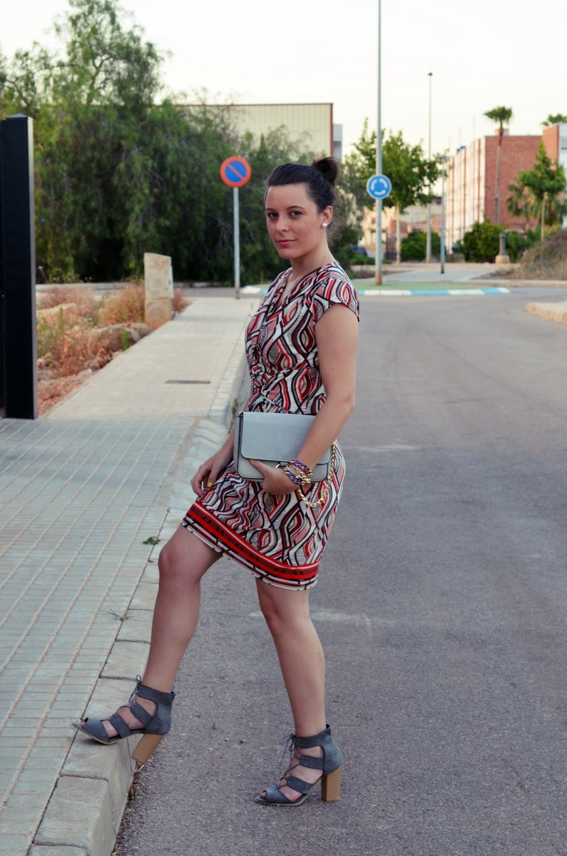 Look_Vestido estampado y complementos en gris_mivestidoazul (8)