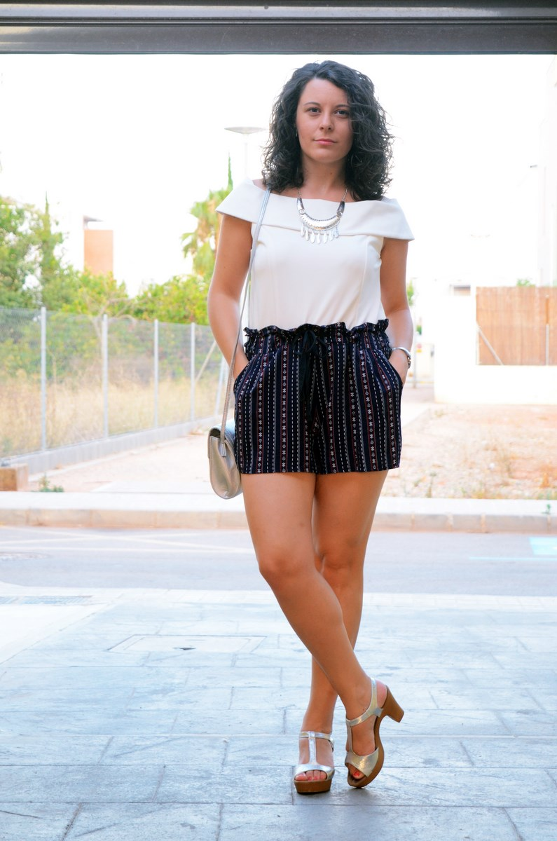 Shorts estampado y top bardot look outfit mivestidoazul.com streetstyle friendsfluencers (1)