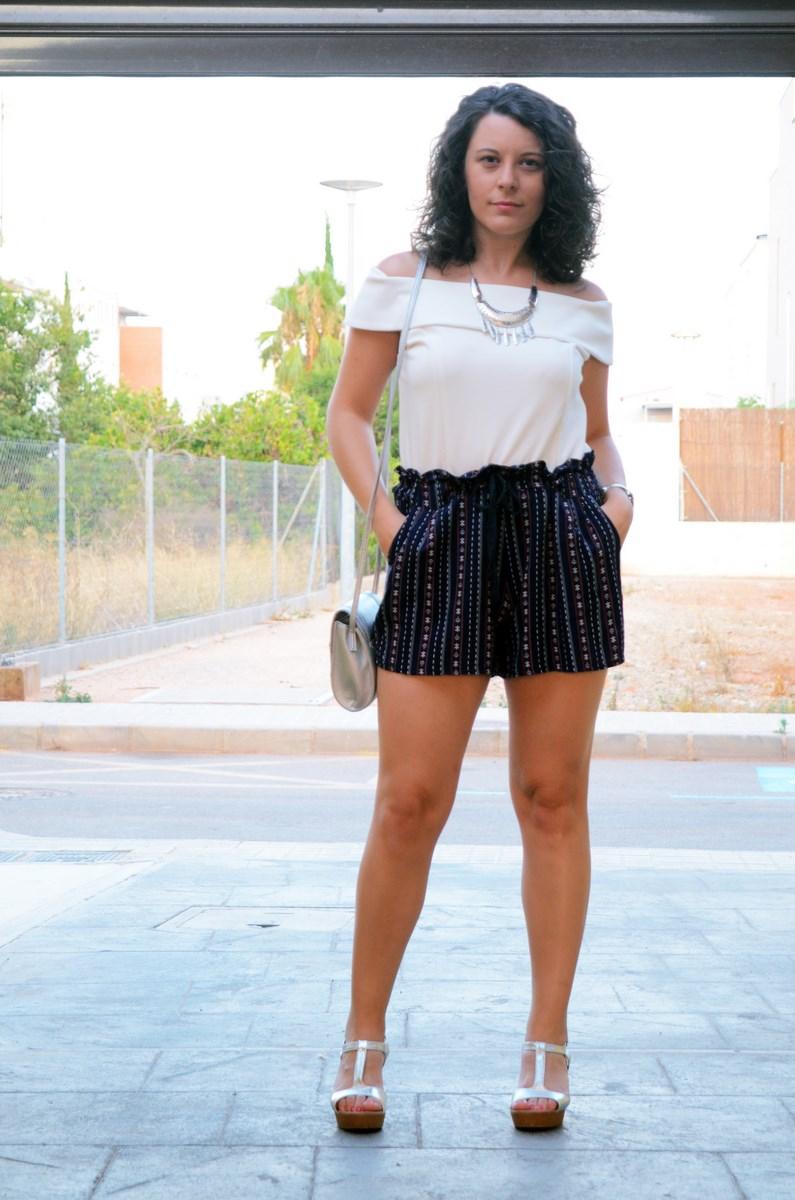 Shorts estampado y top bardot look outfit mivestidoazul.com streetstyle friendsfluencers (3)