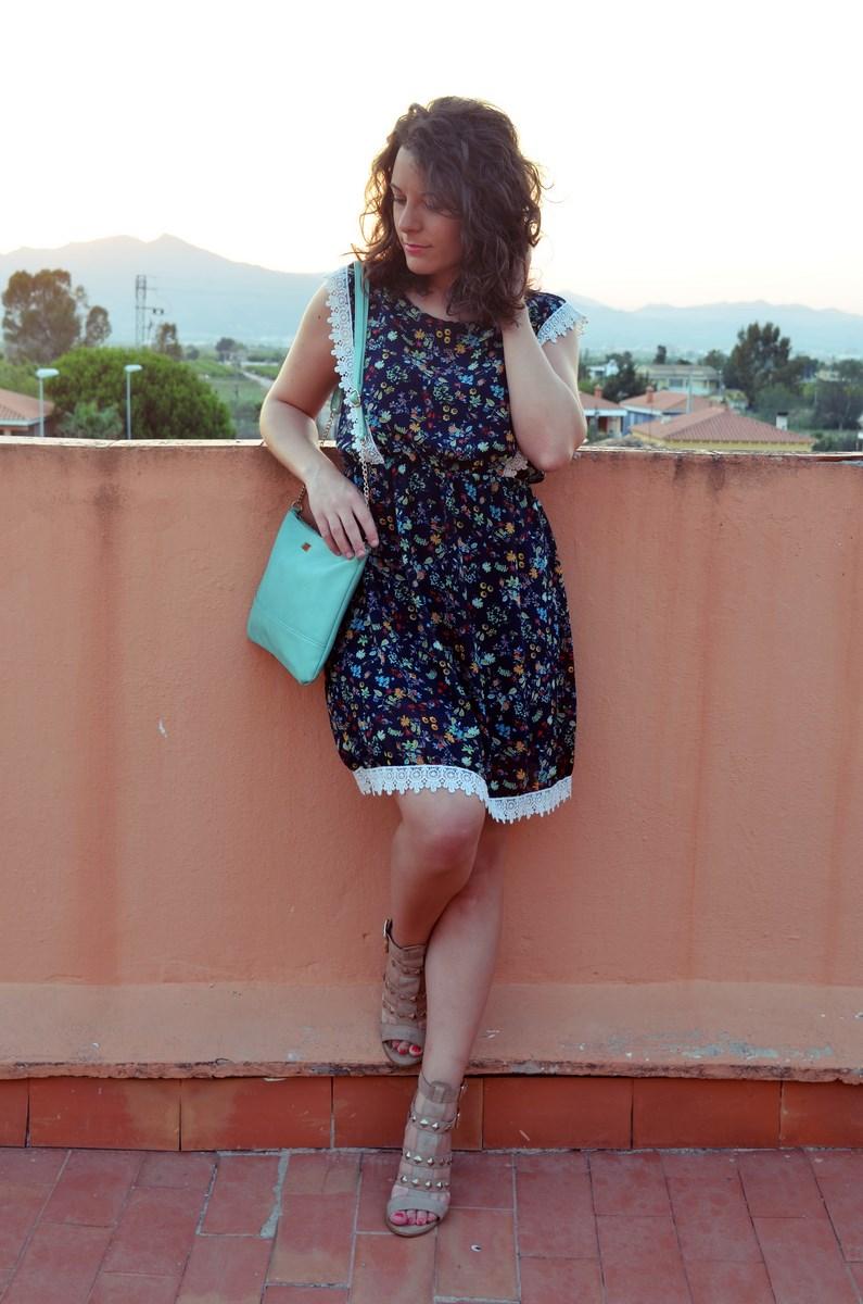 Vestido de flores con crochet look outfit streetstyle friendsfluencers mivestidoazul (3)