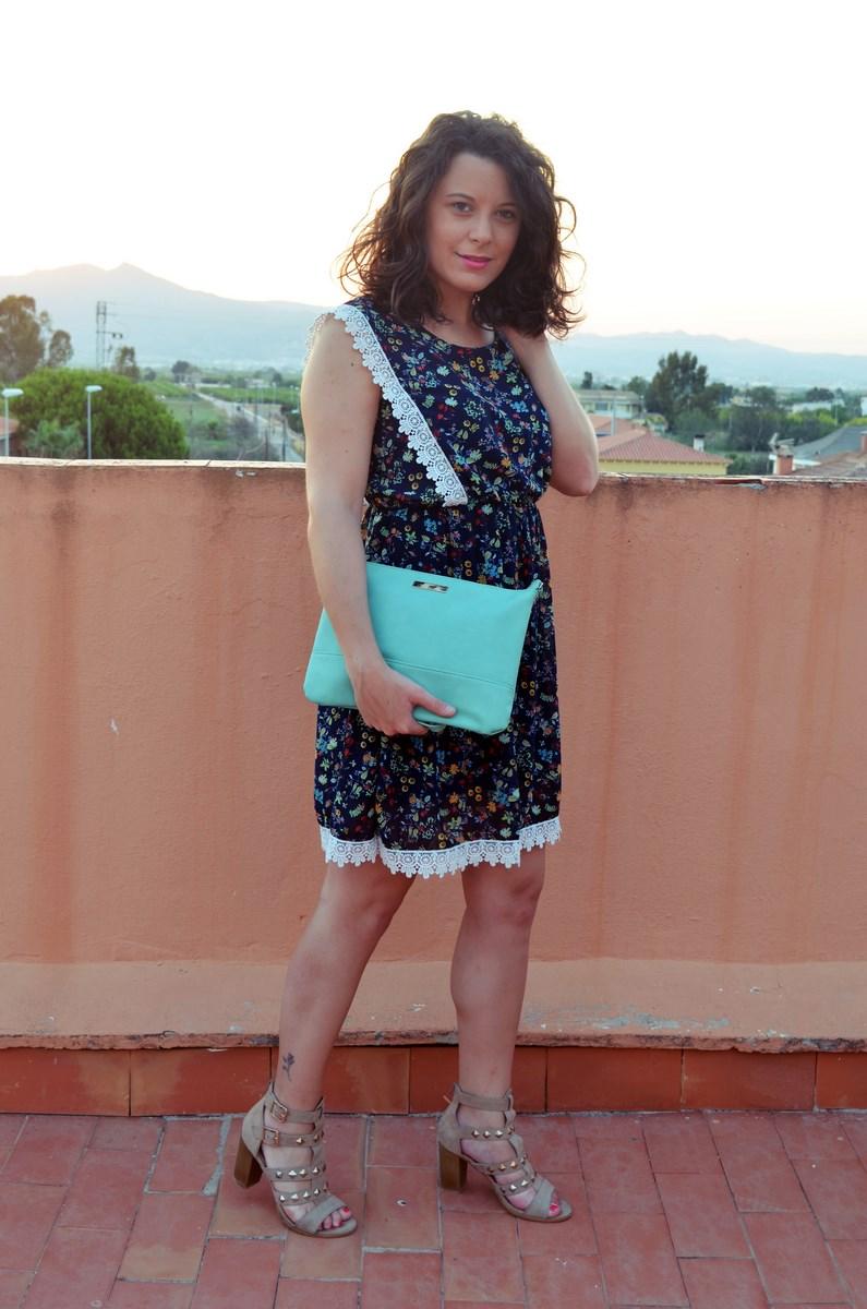 Vestido de flores con crochet look outfit streetstyle friendsfluencers mivestidoazul (5)
