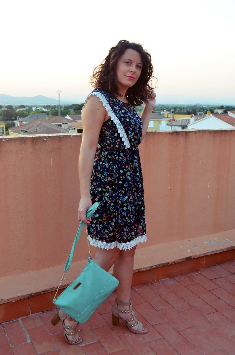 Vestido de flores con crochet look outfit streetstyle friendsfluencers mivestidoazul (9)