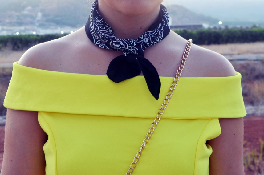 look_bandana_negra_top_hombros_al_aire_shorts_denim_streetstyle_fashionblogger_mivestidoazul-11