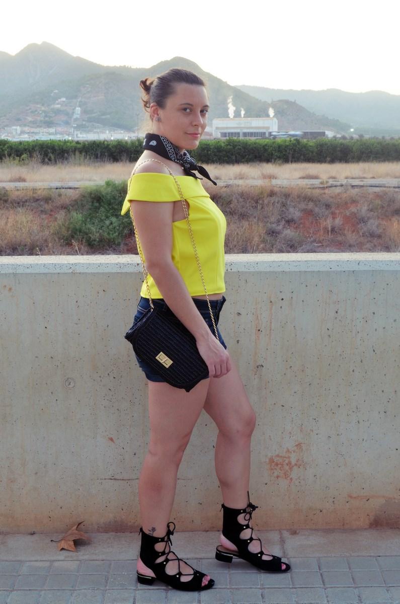 look_bandana_negra_top_hombros_al_aire_shorts_denim_streetstyle_fashionblogger_mivestidoazul-3
