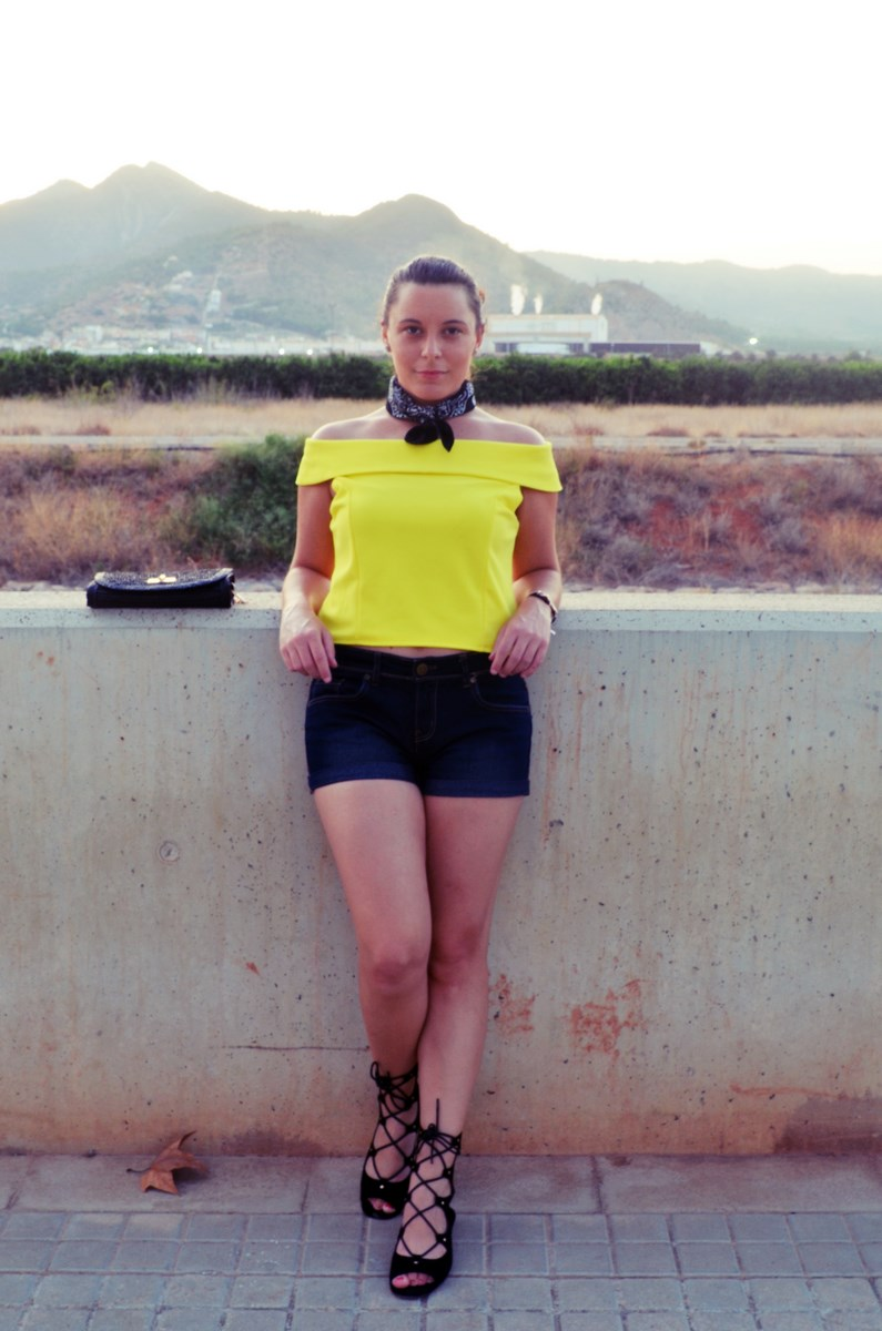 look_bandana_negra_top_hombros_al_aire_shorts_denim_streetstyle_fashionblogger_mivestidoazul-5