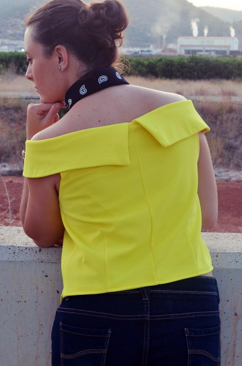 look_bandana_negra_top_hombros_al_aire_shorts_denim_streetstyle_fashionblogger_mivestidoazul-7