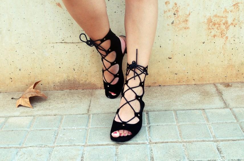 look_bandana_negra_top_hombros_al_aire_shorts_denim_streetstyle_fashionblogger_mivestidoazul-9