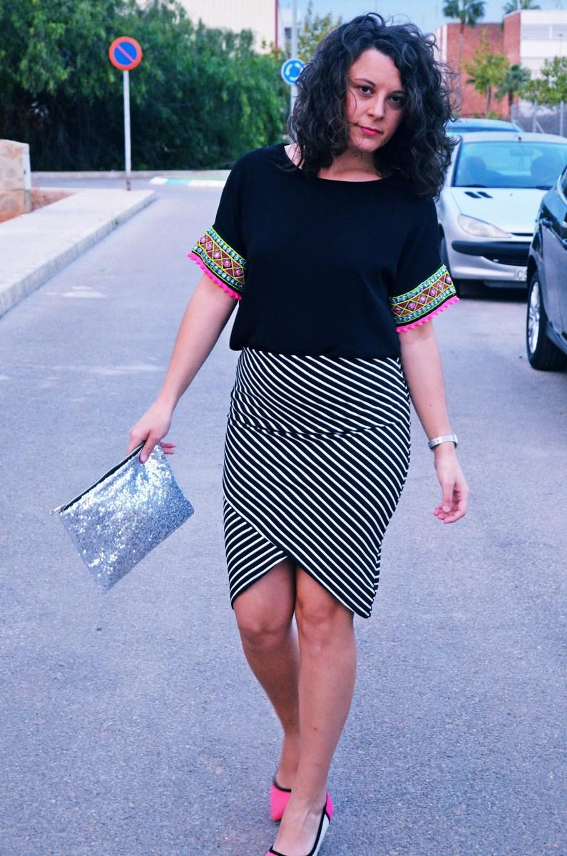 look_camiseta_detalles_mangas_falda_rayas_streetstyle_fashionblogger_mivestidoazul-12