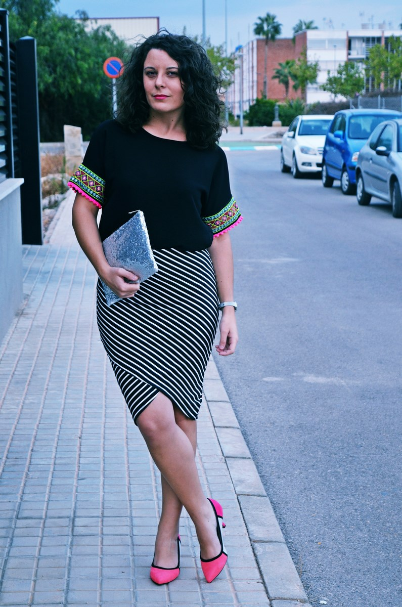 look_camiseta_detalles_mangas_falda_rayas_streetstyle_fashionblogger_mivestidoazul-2
