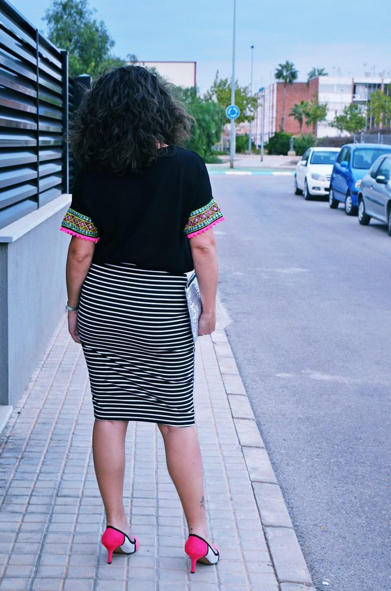 look_camiseta_detalles_mangas_falda_rayas_streetstyle_fashionblogger_mivestidoazul-4