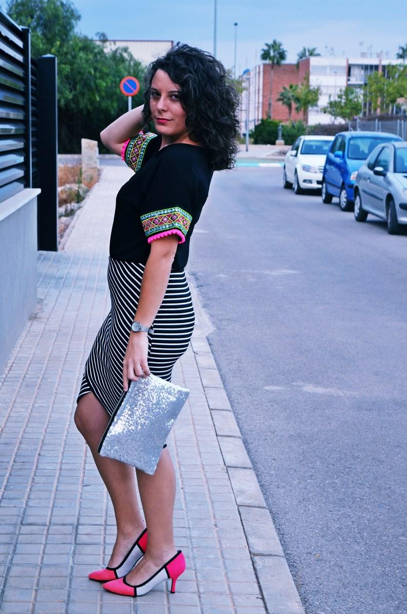 look_camiseta_detalles_mangas_falda_rayas_streetstyle_fashionblogger_mivestidoazul-6