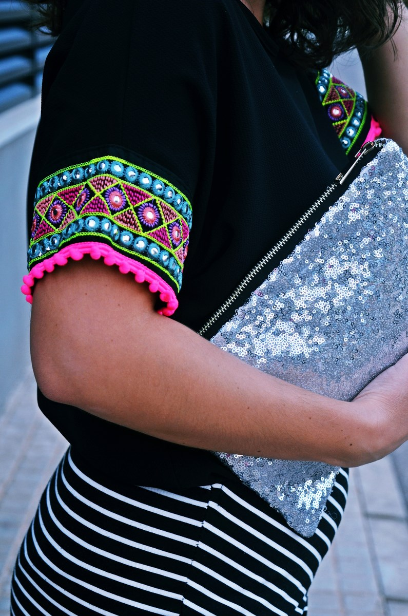 look_camiseta_detalles_mangas_falda_rayas_streetstyle_fashionblogger_mivestidoazul-8