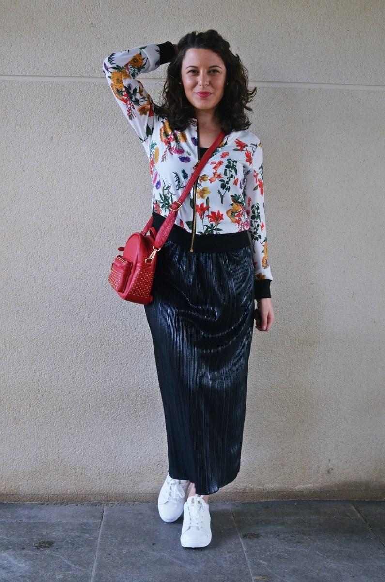 look_bomberconflores_streetstyle_sportychic_fashionblogger_mivestidoazul-11