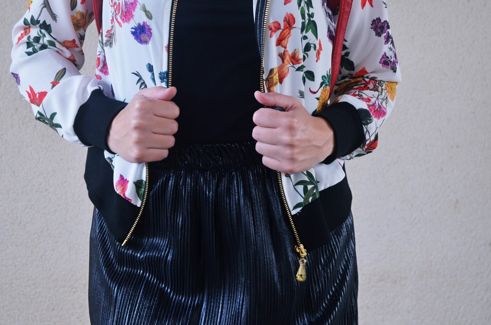 look_bomberconflores_streetstyle_sportychic_fashionblogger_mivestidoazul-6